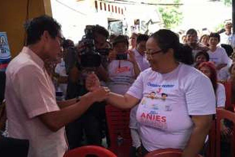 calon wakil gubernur DKI Jakarta nomor tiga Sandiaga Uno saat menyematkan gelang bertuliskan