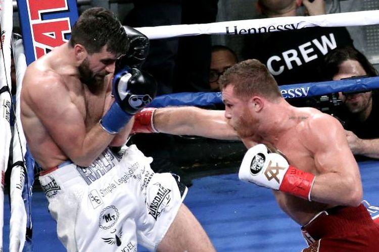 Saul Canelo Alvarez (kanan) mengalahkan Rocky Fielding