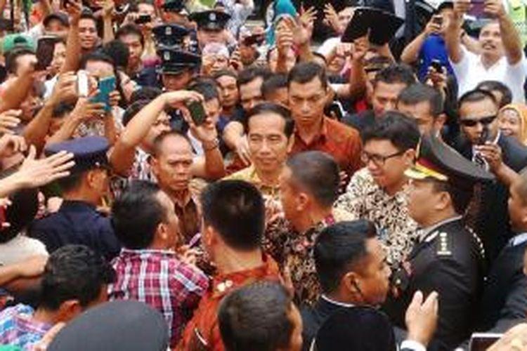 Presiden Joko Widodo saat menemui warga Indonesia di KBRI Brunei Darussalam, Minggu (8/2/2015).