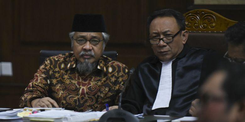 Terdakwa kasus korupsi penerbitan Izin Usaha Pertambangan, Nur Alam (kiri) mendengarkan keterangan saksi saat menjalani sidang lanjutan di Pengadilan Tipikor Jakarta, Senin (15/1). Sidang dengan terdakwa Gubernur nonaktif Sulawesi Tenggara itu berganda mendengarkan keterangan saksi. ANTARA FOTO/Hafidz Mubarak A/aww/18.