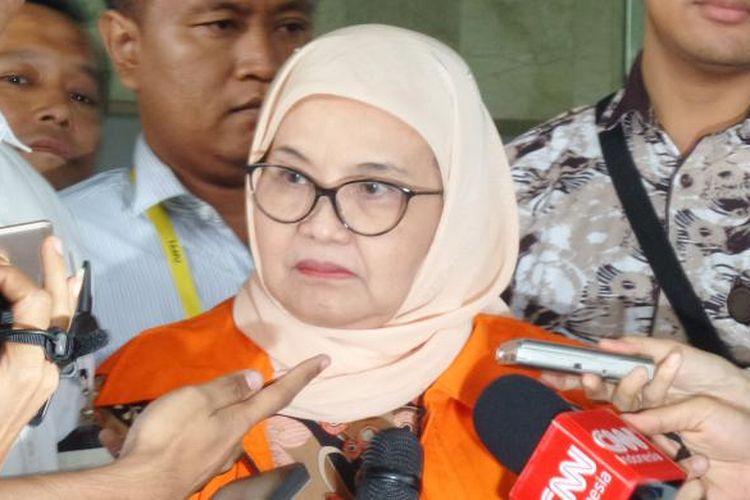 Mantan Menteri Kesehatan, Siti Fadilah Supari, seusai diperiksa sebagai tersangka di Gedung KPK Jakarta, Selasa (1/11/2016).