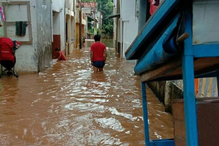 Banjir dengan ketinggian sekitar 1,5 meter merendam kawasan Kampung Baru Blok C, Pondok Pinang, Kebayoran Lama, Jakarta Selatan, Kamis (21/5/2020).