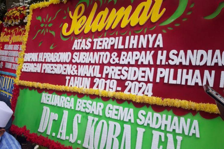 Karangan bunga ucapan selamat atas terpilihnya Prabowo Subianto dan Sandiaga Uno sebagai pasangan presiden-wakil presiden 2019-2024 berjajar di Rumah Kertanegara, Jakarta, Jumat (19/4/2019).