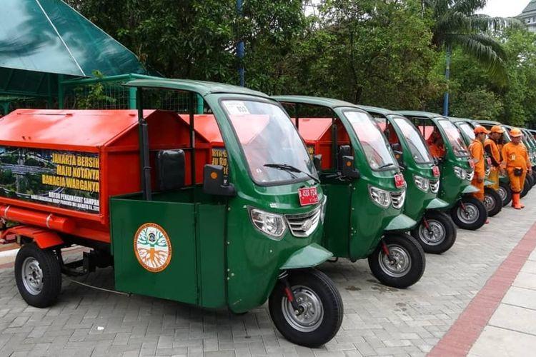 Deretan gerobak motor pengangkut sampah di Kantor Wali Kota Jakarta Utara, Senin (4/2/2019).