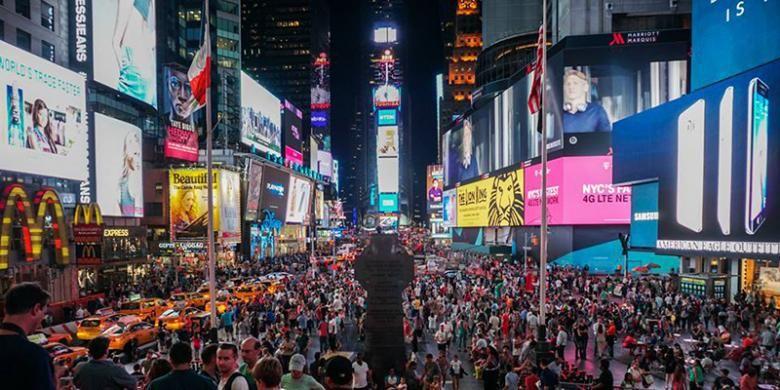 Daerah Times Square di kota New York, AS, dipadati oleh reklame elektronik atau videotron aneka jenis dan ukuran sehingga waktu malam hari pun terang benderang.