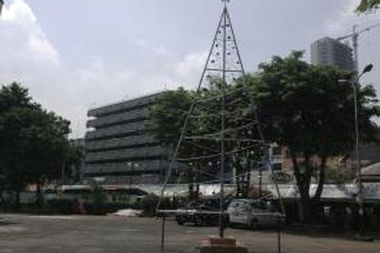 Pohon Natal Besi yang terletak di areal parkir Gereja Ayam GPIB Pniel Pasar Baru, Jakarta Pusat, Kamis (25/12/2014)