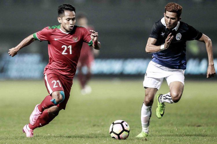 Pemain Indonesia Andik Vermansyah (merah) mencoba melewati hadangan pemain Kamboja, Rabu (4/10/2017).