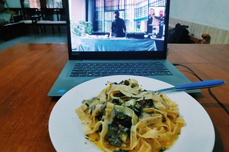 Hangout lewat internet di eHangout dengan makanan dari The Safehouse Jakarta.