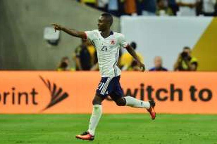 Gelandang Kolombia, Marlos Moreno, merayakan gol ke gawang Kosta Rika pada partai fase grup Copa America di Texas, 11 Juni 2016.