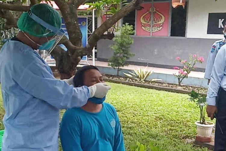 Warga binaan Lapas Narkotika Cirebon saat menjalani ted usap.
