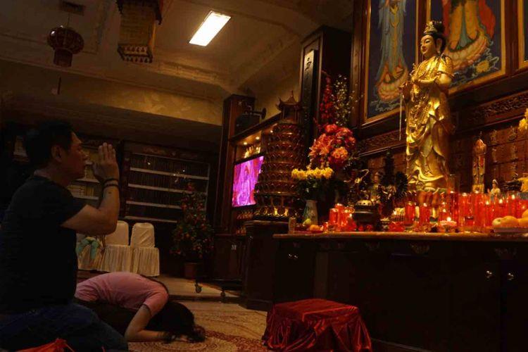 Perayaan Waisak di  Vihara Ekayana Arama, Jalan Mangga II, Jakarta Barat berlangsung hikmat. Tercatat ada  9.800 umat Buddha yang datang beribadah menyambut di Vihara Ekayana Arama, Selasa (29/5/2018).