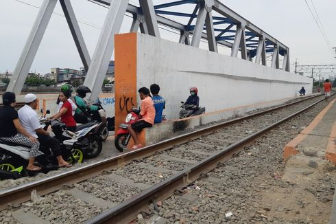 Ngeri, Jembatan Motor dan Pejalan Kaki Mepet dengan Perlintasan Kereta di Kalianyar