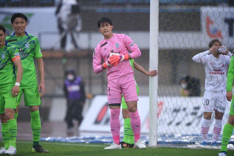 Kiper timnas Jepang Kosei Tani saat membela klub Shonan Bellmare di J League.