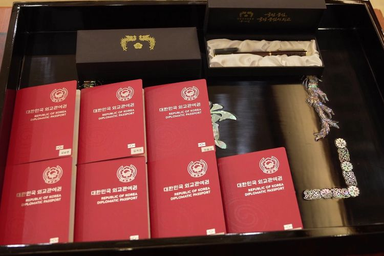 Paspor diplomatik Korea Selatan yang didapatkan ketujuh member BTS.