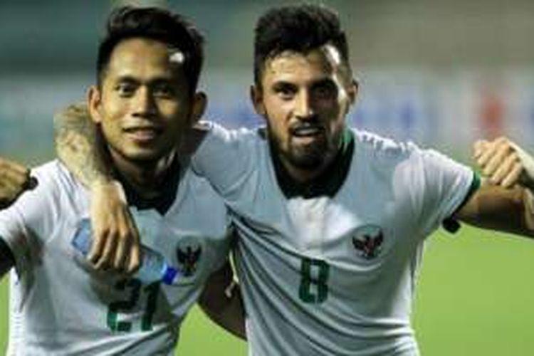 Andik Vermansah dan Stefano Lilipaly merayakan gol Indonesia ke gawang Singapura pada laga fase grup Piala AFF 2016, Jumat (25/11/2016).