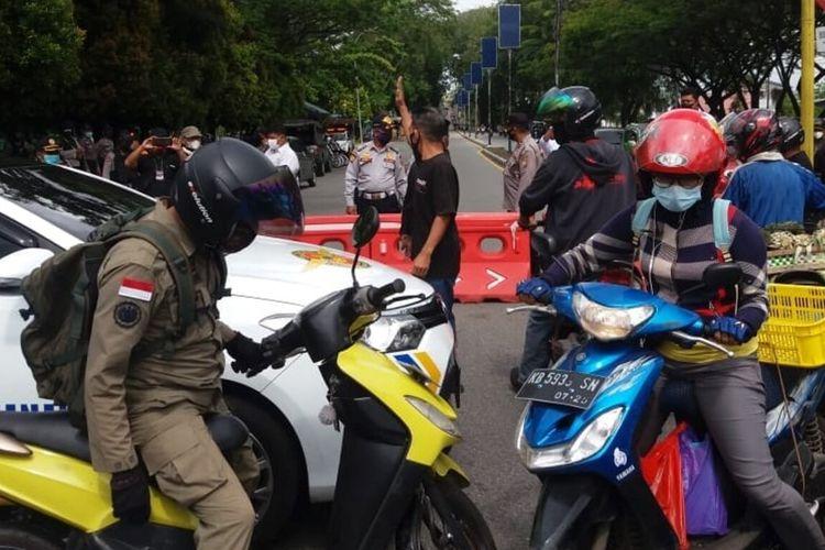 Aparat membuka sementara penyekatan di perempatan Jalan Tanjung Raya (Tanray) Kota Pontianak, Kalimantan Barat (Kalbar).