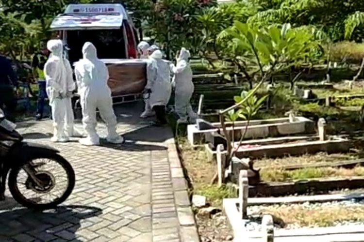Potongan gambar video pemakaman protokol Covid-19 di Kecamatan Jambangan Surabaya, Rabu (24/6/2020).