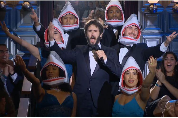 Penyanyi beraliran pop opera Josh Groban menyanyikan lagu Baby Shark di acara The Late Late Show with James Corden.