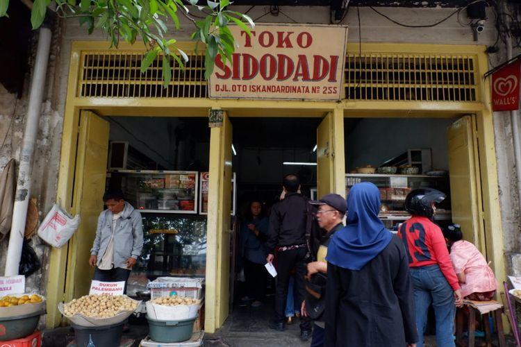 Toko Sidodadi, Jalan Oto Iskandardinata no 255, Bandung. Toko yang berdiri sejak tahun 1950-an ini menawarkan roti dan berbagai kue.