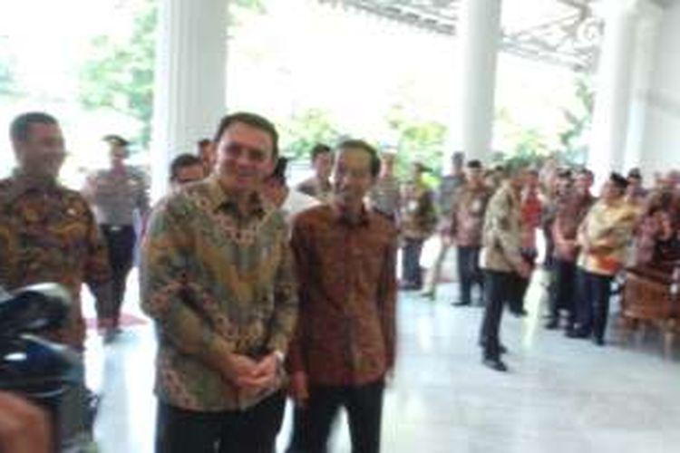 Presiden Joko Widodo bersama Gubernur DKI Jakarta Basuki Tjahaja Purnama (Ahok) saat akan meresmikan masjid di kompleks Balai Kota, Jumat (29/1/2016).