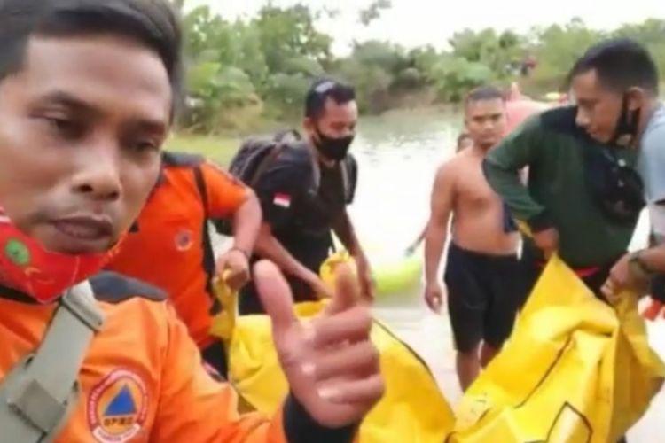 Tangkapan layar video evakuasi dua pelajar SMP yang tenggelam di lubang tambang di Desa Krayan Makmur, Blok 3 B, Long Ikis, Kabupaten Paser, Kalimantan Timur, Minggu (6/9/2020).