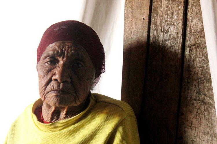 Mak Iyah, nenek renta asal Cianjur, Jawa Barat berusia 100 tahun hidup sebatang kara di gubuk reyot di area kebun sayuran di Desa Sukatani, Kecamatan Pacet.