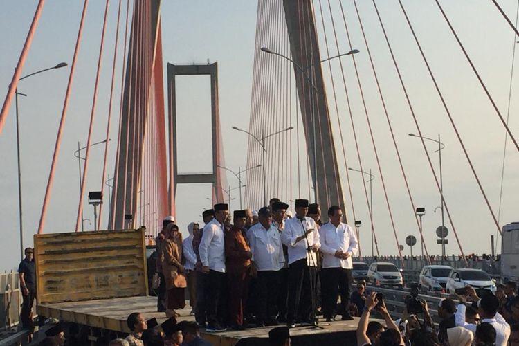 Presiden Joko Widodo meresmikan pembebasan tarif Tol Jembatan Suramadu, Sabtu (27/10/2018). Dengan demikian, status infrastruktur konektivitas ini berganti menjadi Jembatan Suramadu tanpa embel-embel tol.