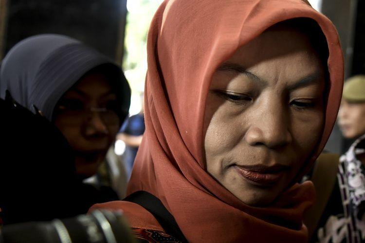 Terpidana kasus pelanggaran UU Informasi dan Transaksi Elektronik (ITE), Baiq Nuril berjalan tiba di Kemenkumham, Jakarta, Senin (8/7/2019). Kedatangan Baiq Nuril tersebut dalam rangka membahas kemungkinan pemberian amnesti kepada Baiq Nuril yang divonis enam bulan penjara. ANTARA FOTO/Muhammad Adimaja/foc.