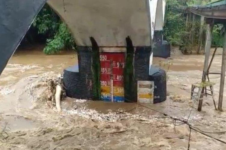 Tinggi muka air di Pos Pantau Sungai Ciliwung Jembatan Panus, Kota Depok, Minggu (7/2/2021)