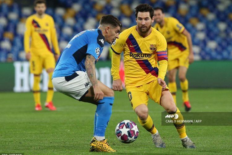 Aksi Lionel Messi saat berduel dengan bek Napoli, Giovanni Di Lorenzo, pada laga babak 16 besar Liga Champions di Stadion San Paolo, Naples, pada Rabu (26/2/2020) pagi WIB. Partai ini menjadi debut Lionel Messi di stadion yang pernah menjadi rumah Diego Maradona tersebut.