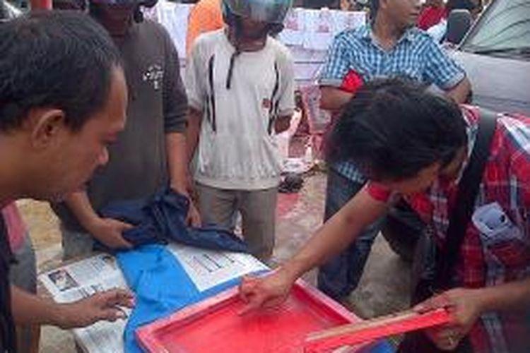 Para relawan sahabat rakyat di Kendari menggelar aksi sablon kaos gratis kepada warga setempat, untuk mendukung Capres Jokowi-JK.