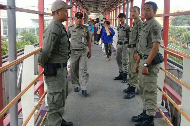 Sejumlah petugas Satpol PP berjaga di JPO Margonda, Depok, Selasa (13/2/2018).