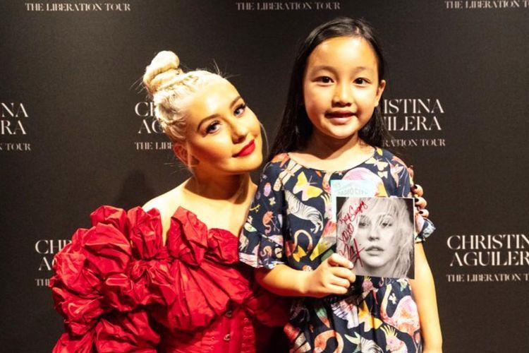 Penyanyi cilik keturunan Indonesia Malea Emma berfoto dengan idolanya, penyanyi Christina Aguilera.