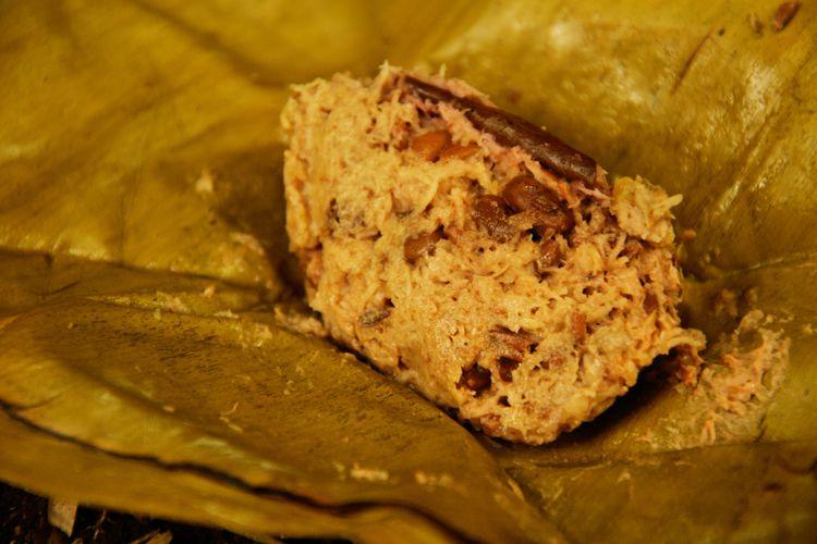 Ilustrasi makanan kukus dibungkus daun.