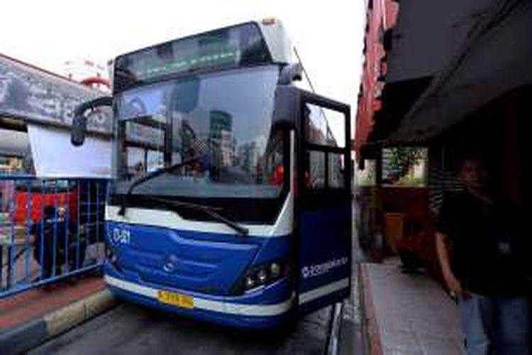 Salah satu Bus Vintage Transjakarta terlihat menuju halte Busway Blok M, Jakarta Selatan. Minggu ( 27/11/2016). Bus Vintage Transjakarta dibuat untuk mengenang kejayaan bus Pengangkut Penumpang Djakarta (PPD).