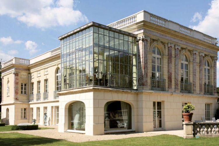 Rumah berjuluk the Pink Palace yang dikabarkan akan menjadi tempat tinggal Lionel Messi bersama keluarga.