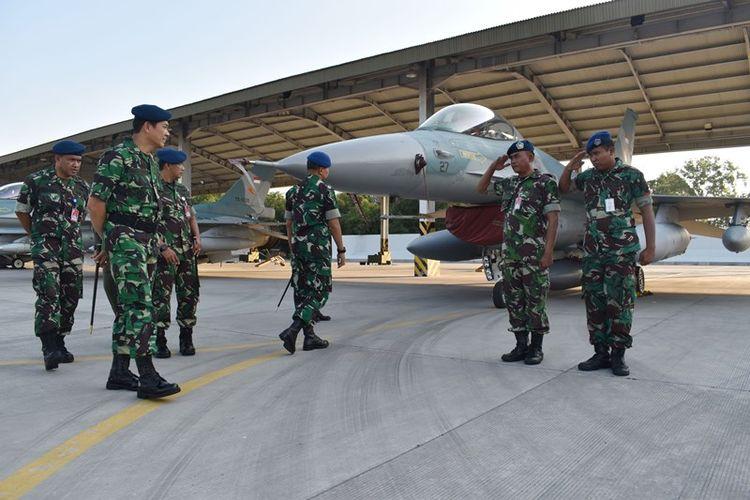 Komandan Lanud Iswahjudi, Marsekal Pertama TNI Samsul Rizal (kedua kiri) memeriksa kesiapan pasukan usai memimpin upacara pemberangkatan dan kesiapan pasukan Pesawat Tempur F-16 beserta kru yang akan berangkat ke Australia mengikuti latihan tempur multinasional, di Lanud Iswahjudi, Magetan, Jawa Timur, Selasa (24/7/2018). Sebanyak delapan unit pesawat tempur F-16 dari Skuadron Udara 3 Lanud Iswahjudi serta penerbang dan ground crew akan mengikuti latihan terbesar angkatan udara Australia Pitch Black yang melibatkan sejumlah negara dan berlangsung 30 Juli hingga 17 Agustus.