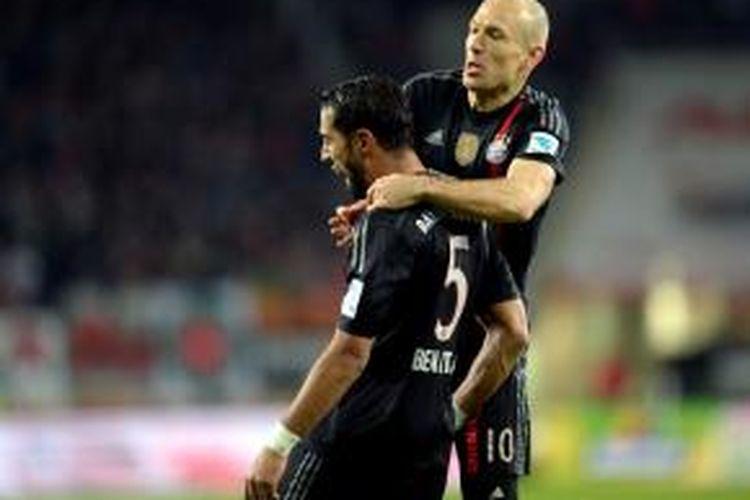 Bek Bayern Muenchen, Mehdi Benatia (nomor punggung 5), merayakan golnya seusai membobol gawang Augsburg, pada pertandingan lanjutan Bundesliga 1, Sabtu (13/12/2014).