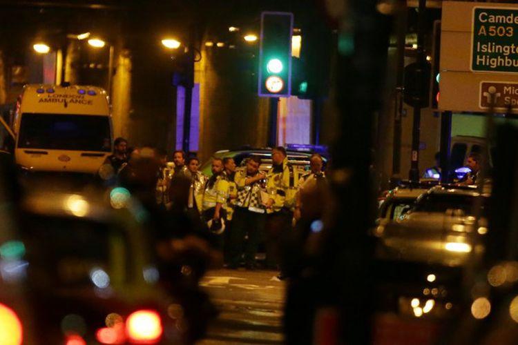 Petugas paramedis sedang menunggu untuk memberikan bantuan terhadap korban dalam serangan bermobil yang terjadi di kawasan Finsbury Park, London Utara, Senin tengah malam (19/6/2017).