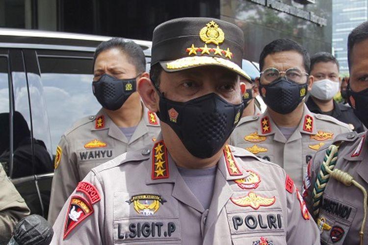 Kapolri Jenderal Pol Listyo Sigit Prabowo (tengah) menjawab pertanyaan wartawan saat tiba di Gedung KPK, Jakarta, Selasa (9/2/2021).  Kedatangan Kapolri yang disambut Ketua KPK Firli Bahuri, untuk silaturahmi dan membahas sinergi Polri dan KPK  ANTARA FOTO/ Reno Esnir/hp.