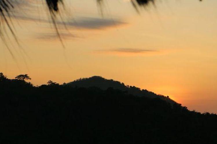 Panorama matahari terbit di Embung Nglanggeran.