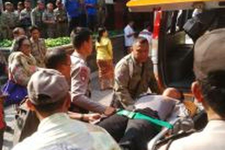 Belasan polisi terluka akibat serangan massa demonstran di depan Gedung DPRD DKI Jakarta, Jalan Kebon Sirih, Jakarta Pusat, Jumat (3/10/2014).