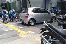 [FOTO]: Motor dan Mobil Parkir di Trotoar Kemang, Pedestrian Terganggu