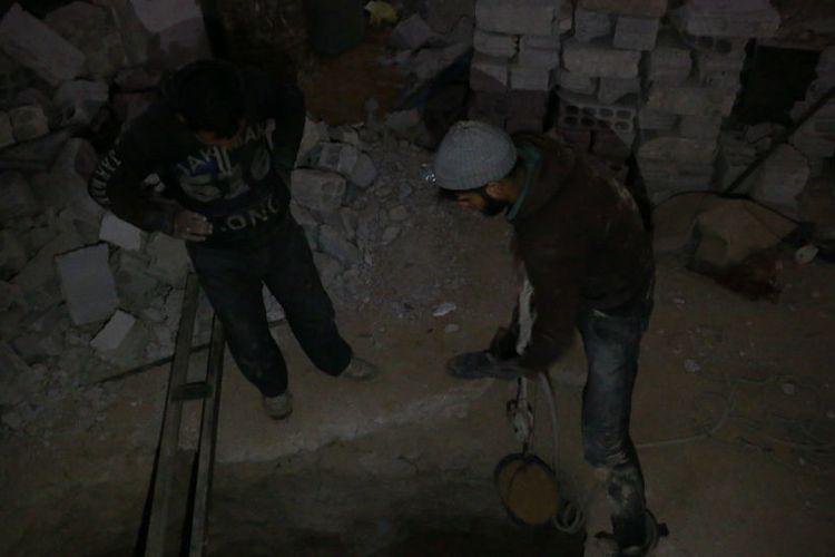 Warga membuat lubang perlindungan menggunakan alat seadanya.