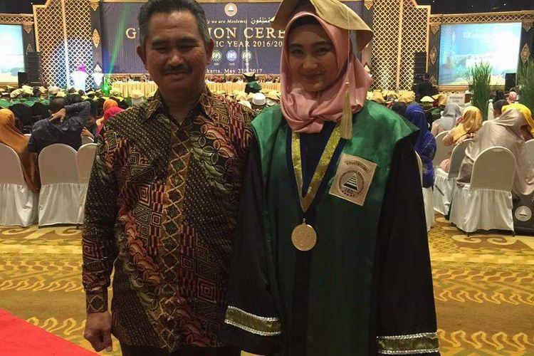 Mahasiswa kedokteran Universitas Hubei, Tiongkok, asal Kota Tarakan, Kalimantan Utara, Syadza Ulima Azalia Khair bersama ayahnya, Wali Kota Tarakan, Kalimantan Utara, dr Khairul.