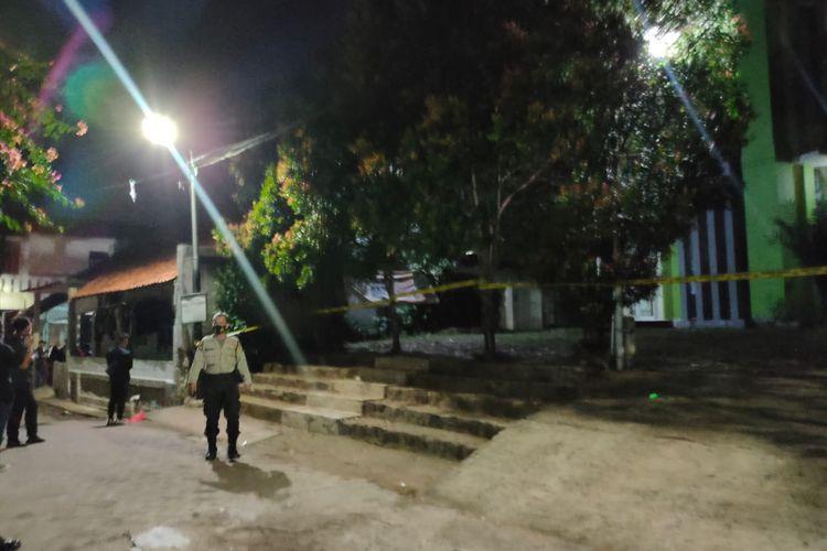 Kawasan Masjid Raya Ar Rahman Pondok Aren, Tangerang Selatan di pasang garis polisi dan dijaga ketat, Selasa (30/3/2021).