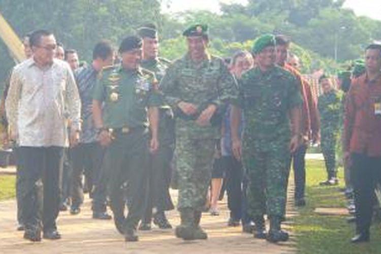Presiden Joko Widodo bersama Panglima TNI Jenderal Moeldoko dan Kepala Staf TNI Angkatan Darat Jenderal Gatot Nurmantyo di sela-sela acara peletakan batu pertama RS Moh. Ridwan Meureuksa, Rabu (13/5/2015).