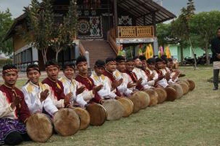 Tari Seudati di Taman Pekan Kebudayaan Aceh (PKA), Banda Aceh, Selasa (20/10/2015).