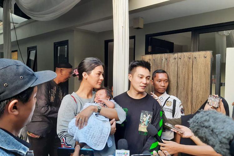 Baim Wong bersama Paula Verhoeven dan anak mereka Kiano Tiger Wong usai mengunjungi rumah Bunga Citra Lestari di kawasan Pejaten Barat, Jakarta Selatan, Kamis (20/2/2020).
