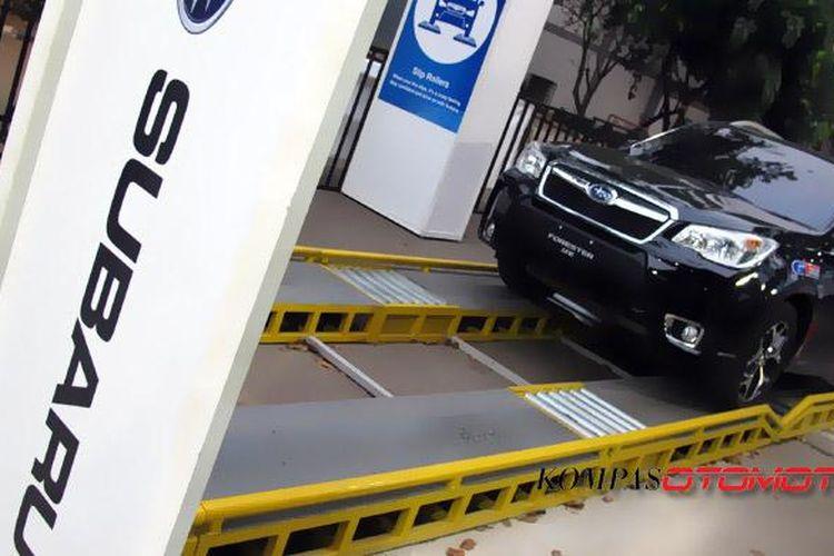 Simulasi jalanan licin dalam salah satu tantangan Subaru AWD Challange.